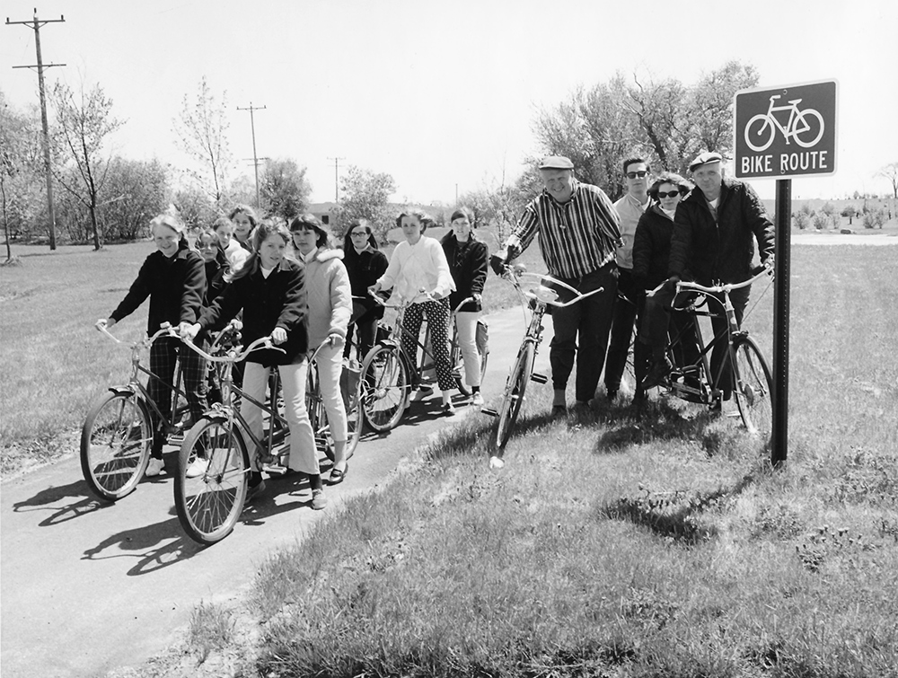 group of bicyclers on oak leaf trail